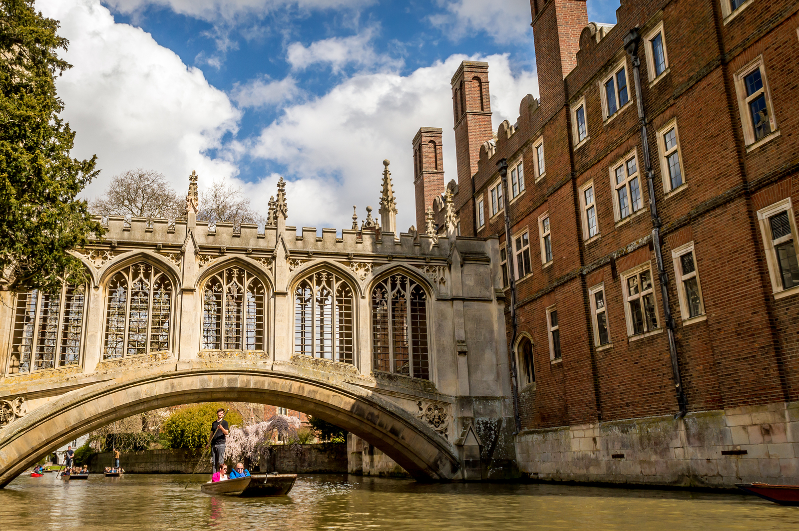 Cambridge, England – April 17, 2016: People Punting On The Cam R